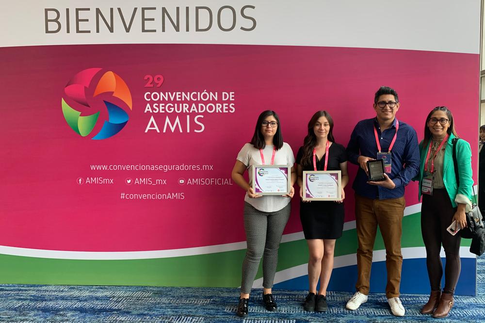 Alumnas de Mercadotecnia UMAD ganan concurso de la AMIS